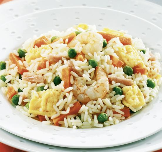 Salteado de arroz con tortilla y gambas
